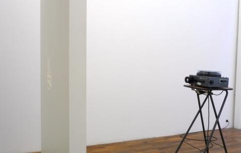 <p>Christian Andersson, <b><i>Soft Drink Stand </i></b>(détail), 2001, installation avec vidéo projecteur. Vue de l'exposition <i>Phénomènes</i> de In Extenso, Néon, Lyon, 2011. Photo : Néon.</p>