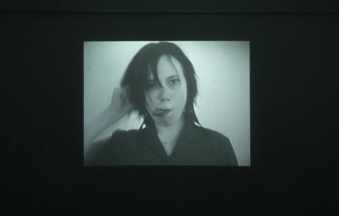 <p>Ulla von Brandenburg, <b><i>Ein Zaubertrickfilm</i></b>, 2002, film super 8 transféré sur dvd, n&b, muet, 16min20. Vue de l'exposition <i>Phénomènes</i> de In Extenso, Néon, Lyon, 2011. Photo : Néon.</p>