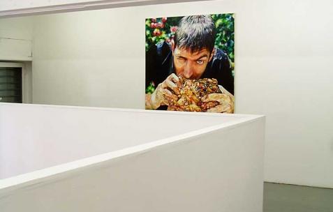 <p>David Morel, <strong><em>Baron Chicken</em></strong>, 2008, huile sur toile, 195x130cm. Vue de l&rsquo;exposition <em>Cadeau d'anniversaire n°1</em>, Néon, Lyon, 2010. Photo : JAC / Néon.</p>