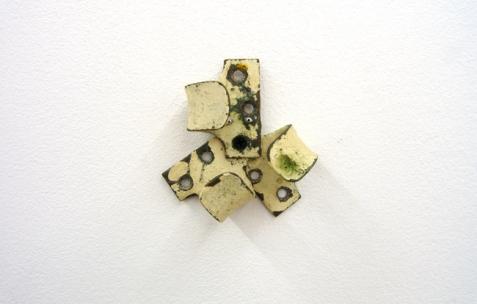 <p>Jack Strange, <strong><em>Maya Maya Maya</em></strong>, 2007, crochets, Indian Deity Eyes. Vue de l&rsquo;exposition<em>A Limoncello Punctuation Programme</em> de Limoncello, Néon, Lyon, 2010. Photo : Maxime Rizard / Néon.</p>
