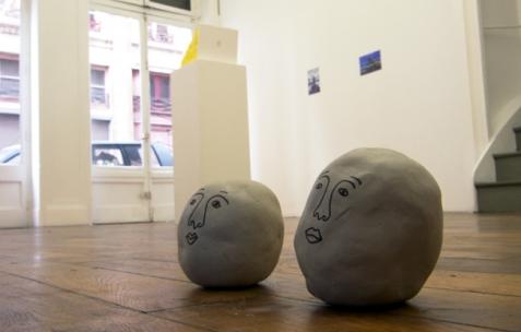 <p>Jack Strange, <strong><em>It's called «The Man in the Leg doesn't want to be»</em></strong> (détail), 2009, argile, feutre, lecteur vidéo, écran LCD, vidéo de 3min en boucle. Vue de l&rsquo;exposition<em>A Limoncello Punctuation Programme</em> de Limoncello, Néon, Lyon, 2010. Photo : Maxime Rizard / Néon.</p>