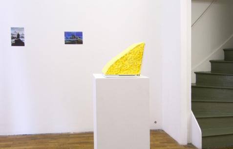 <p>Vue de l'exposition <em>A Limoncello Punctuation Programme</em> de Limoncello avec Joséphine Flynn et Jack Strange, Néon, Lyon, 2010. Photo : Maxime Rizard / Néon.</p>