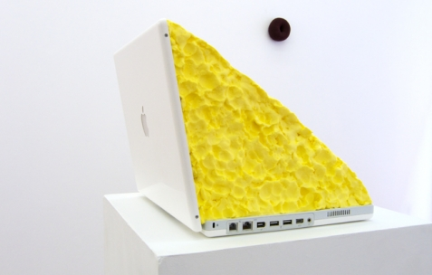 <p>Jack Strange, <strong><em>Fat Laptop</em></strong>, 2009, macbook, margarine. Vue de l&rsquo;exposition <em>A Limoncello Punctuation Programme</em> de Limoncello, Néon, Lyon, 2010. Photo : Maxime Rizard / Néon.</p>