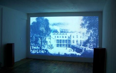 <p>Éléonore Saintagnan, <strong><em>Un film abécédaire</em></strong>, 2010, vidéo HD, 22min. Vue de l'exposition d'Éléonore Saintagnan, Néon, Lyon, 2010. Photo : JAC / Néon.</p>