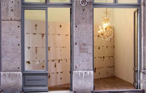 <p>Vue de l'exposition <em>Cadeau d'anniversaire n°2</em>, Néon, Lyon, 2010. Photo : JAC / Néon.</p>