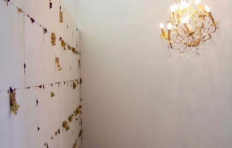<p>(De gauche à droite) : Simon Feydieu, <strong><em>Bassanoïa</em></strong>, 2010, carreaux plâtre, raisins blancs, figues, citrons verts, 250x660x5cm. Daniel Firman, <strong><em>Up down</em></strong>, 2007, lustre. Vue de l&rsquo;exposition <em>Cadeau d'anniversaire n°2</em>, Néon, Lyon, 2010. Photo : JAC / Néon.</p>
