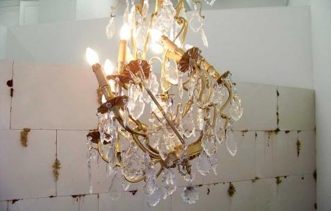 <p>Daniel Firman, <strong><em>Up down</em></strong>, 2007, lustre. Vue de l&rsquo;exposition <em>Cadeau d'anniversaire n°2</em>, Néon, Lyon, 2010. Photo : JAC / Néon.</p>