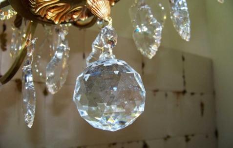 <p>Daniel Firman, <strong><em>Up down</em></strong> (détail), 2007, lustre. Vue de l'exposition <em>Cadeau d'anniversaire n°2</em>, Néon, Lyon, 2010. Photo : JAC / Néon.</p>