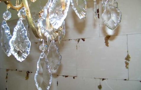 <p>Daniel Firman, <strong><em>Up down</em></strong> (détail), 2007, lustre. Vue de l&rsquo;exposition <em>Cadeau d'anniversaire n°2</em>, Néon, Lyon, 2010. Photo : JAC / Néon.</p>