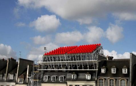<p>Nicolas Fenouillat, <strong><em>Gradin (comment regarder un concert sur les toits)</em></strong>, 2010, impression jet d&rsquo;encre sur papier velvet, 841x1189mm. Vue de l&rsquo;exposition de Nicolas Fenouillat, Néon, Lyon, 2010. Photo : Maxime Rizard / Néon.</p>