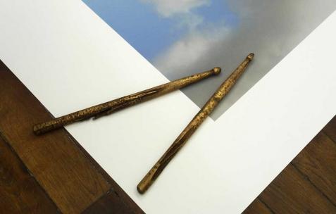 <p>Nicolas Fenouillat, <strong><em>Mes premières baguettes</em></strong>, 2010, bronze. Vue de l&rsquo;exposition de Nicolas Fenouillat, Néon, Lyon, 2010. Photo : Maxime Rizard / Néon.</p>