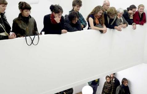 <p>Vue de la performance <em>Richard III</em> de Rafaël Defour et Nicolas Fenouillat lors de l'exposition de Nicolas Fenouillat, Néon, Lyon, 2010. Photo : Maxime Rizard / Néon.</p>