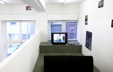 <p>Aggtelek, <strong><em>Notre Suckin&rsquo; Monde</em></strong>, 2010, vidéo, 5min25. Vue de l&rsquo;exposition <em>Fast and low and cheap and silly</em>, Néon, Lyon, 2011. Photo : Aggtelek / Néon.</p>