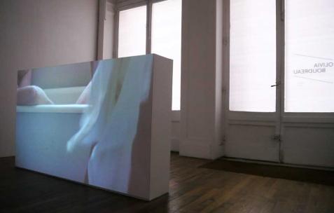 <p>Olivia Boudreau, <strong><em>Le bain</em></strong>, 2010, film 16mm numérisé, couleur, son, 23 min. Vue de l&rsquo;exposition d'Olivia Boudreau, Néon, Lyon, 2011. Photo : Olivia Boudreau / Néon.</p>