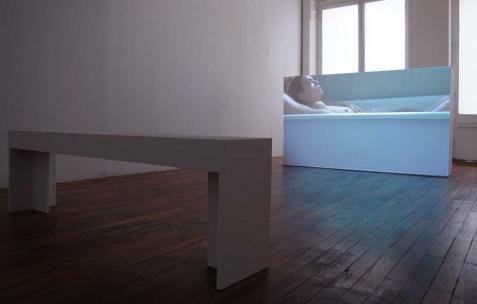 <p>Olivia Boudreau, <strong><em>Le bain</em></strong>, 2010, film 16mm numérisé, couleur, son, 23 min. Vue de l'exposition d'Olivia Boudreau, Néon, Lyon, 2011. Photo : JAC / Néon.</p>