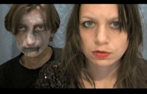 <p>Evil Love, <strong><em>Honey Moon</em></strong>, 2011, vidéo dv, 27 min. Vue de l'exposition <em>Save the date, </em>Néon, Lyon, 2011.</p>