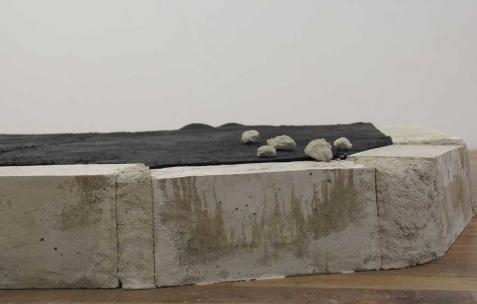 <p>Commune, <strong><em>Sans titre (la nuit brûlera jusqu'à l'aube)</em></strong>, 2011, technique mixte. Vue de l'exposition <em>Commune</em>, Néon, Lyon, 2011. Photo : JAC / Néon, 2011.</p>