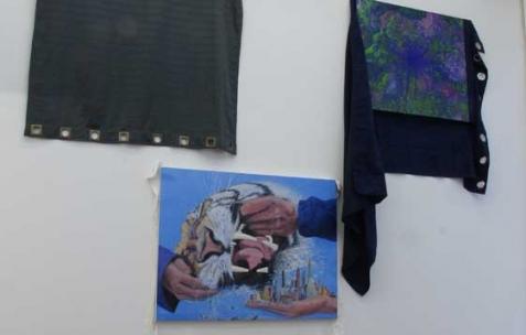 <p>(De gauche à droite) : Simon Bergala, <strong><em>Sans titre</em></strong>, 2011, peinture à l'huile sur rideau, 210x100cm, <strong><em>Tiger Oil and Shutter</em></strong>, 2011, peinture à l'huile sur rideau, 210x100cm, <strong><em>Unbefestigte Strasse</em></strong>, 2011, peinture à l'huile sur rideau, 210x100cm. Vue de l'exposition de Simon Bergala, Néon, Lyon, 2011. Photo : JAC / Néon.</p>