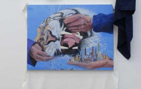 <p>Simon Bergala, <strong><em>Tiger Oil and Shutter</em></strong>, 2011, peinture à l&rsquo;huile sur rideau, 210x100cm. Vue de l&rsquo;exposition de Simon Bergala, Néon, Lyon, 2011. Photo : JAC / Néon.</p>