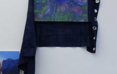<p>Simon Bergala, <strong><em>Sans titre</em></strong>, 2011, peinture à l'huile sur rideau, 210x100cm. Vue de l'exposition de Simon Bergala, Néon, Lyon, 2011. Photo : JAC / Néon.</p>