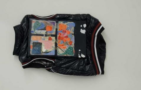 <p>Simon Bergala, <strong><em>Sans titre</em></strong>, 2011, peinture à l&rsquo;huile sur blouson tendu sur châssis, 40x80cm. Vue de l&rsquo;exposition de Simon Bergala, Néon, Lyon, 2011. Photo : JAC / Néon.</p>