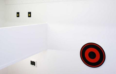<p>De gauche à droite: Hugo Pernet, <strong><em>88</em></strong>, 2008, acrylique sur toile, 2 parties 27x19cm. Hugo Schüwer-Boss, <strong><em>Black Flag 3D</em></strong>, 2011, acrylique sur toile, 4 toiles de 40x120cm. Hugo Schüwer-Boss, <strong><em>Rise above</em></strong>, 2011, acrylique sur toile, 100 cm de diamètre. Vue de l&rsquo;exposition <em>Mute</em>, Néon, Lyon, 2011. Photo : JAC / Néon.</p>
