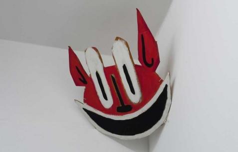 <p>Quentin Maussang, <strong><em>Masque</em></strong>, 2012, carton peint, ficelle, 40x50cm. Vue de l'exposition <em>Ah, ah, ah, animal</em>, Néon, Lyon, 2012. Photo : Maxime Rizard / Néon.</p>