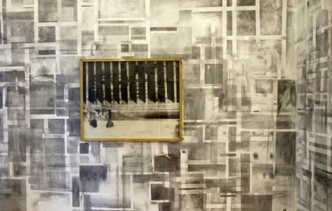 <p>Philip Vormwald, <strong><em>Stores de la parfumerie</em></strong>, 2011, graphite sur papier, 90x120cm. Vue de l'exposition <em>Précurseurs-sombres</em>, Néon, Lyon, 2012. Photo : JAC / Néon.</p>