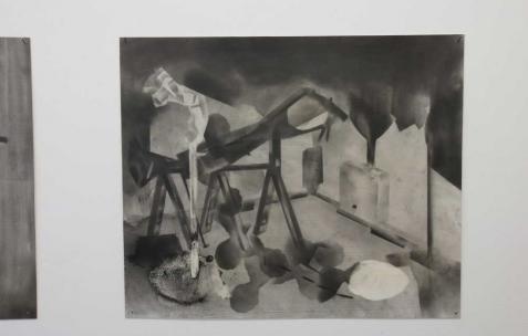 <p>Philip Vormwald, <strong><em>Melittas pool</em></strong>, rails, 2011, graphite sur papier, 40x60cm. Vue de l&rsquo;exposition <em>Précurseurs-sombres</em>, Néon, Lyon, 2012. Photo : JAC / Néon.</p>