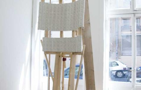 <p>Luca Monterastelli, <strong><em>Graceland</em></strong>, 2012, plâtre, bois, 150x80x350cm. Vue de l'exposition <em>Graceland</em>, Néon, Lyon, 2012. Photo : JAC / Néon.</p>