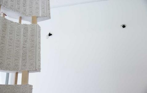 <p>Luca Monterastelli, <strong><em>Graceland</em> </strong>(détail), 2012, plâtre, bois, 150x80x350cm. Vue de l'exposition <em>Graceland</em>, Néon, Lyon, 2012. Photo : JAC / Néon.</p>