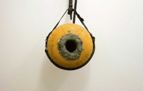 <p>Luca Monterastelli, <strong><em>Glory hole!</em></strong> (détail), 2012, vases, ceintures, pâte à modeler, dimensions variables. Vue de l'exposition <em>Graceland</em>, Néon, Lyon, 2012. Photo : JAC / Néon.</p>