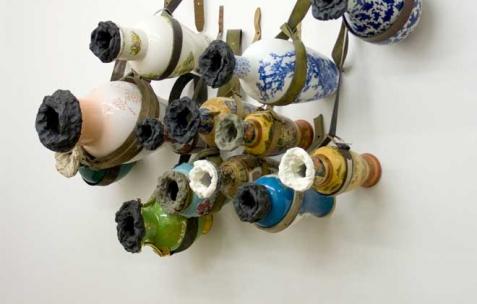 <p>Luca Monterastelli, <strong><em>Glory hole!</em></strong>, 2012, vases, ceintures, pâte à modeler, dimensions variables. Vue de l'exposition <em>Graceland</em>, Néon, Lyon, 2012. Photo : JAC / Néon.</p>