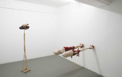 <p>De gauche à droite : Luca Monterastelli, <strong><em>The colonialist</em></strong>, 2012, bois, laiton, bambou 30x30x150cm; Luca Monterastelli, <strong><em>The polyglotte</em></strong>, 2012, bois, fer, tissu, 120x55x200cm. Vue de l'exposition <em>Graceland</em>, Néon, Lyon, 2012. Photo : JAC / Néon.</p>