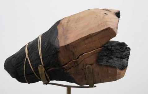 <p>Luca Monterastelli, <strong><em>The colonialist</em></strong>, 2012, bois, laiton, bambou 30x30x150cm. Vue de l'exposition <em>Graceland</em>, Néon, Lyon, 2012. Photo : JAC / Néon.</p>