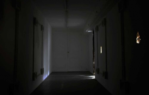 <p>Luca Monterastelli, <strong><em>La chambre des fontaines</em></strong>, 2012, salle plongé dans la pénombre, tissu, plâtre, perforations, dimensions variables. Vue de l'exposition <em>Graceland</em>, Néon, Lyon, 2012. Photo : JAC / Néon.</p>