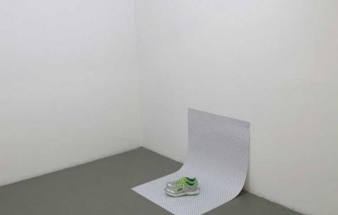 <p>Aurélien Arbet & Jérémie Egry, <strong><em>Only Air</em></strong>, 2011, impression digitale et chaussures de sport, 70×100 cm. Vue de l'exposition <em>Chute Libre</em>, Néon, Lyon, 2012. Photo : Arbet & Jérémie Egry / Néon, 2012.</p>