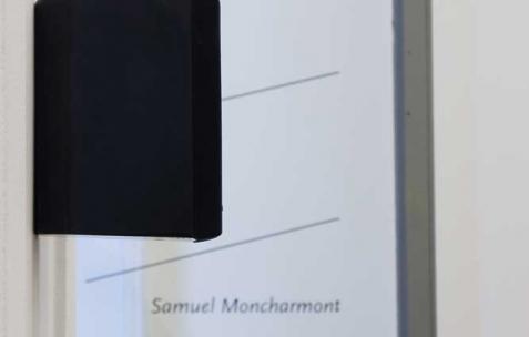 <p>Samuel Moncharmont, <strong><em>XXXX</em></strong>, 2012, pièce sonore en quatre mouvements diffusées en 4.1, quatre partitions (éd. 3 + 1) encadrées et deux méridiennes. Vue de l'exposition <em>XXXX</em>, Néon, Lyon, 2012. Photo: JAC / Néon.</p>