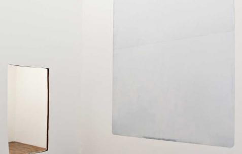 <p>(De gauche à droite) : Sébastien Maloberti, <strong><em>sans titre</em></strong>, 2013, mur placoplâtre découpé, 200&#215;90 cm, <strong><em>Monarch / castle of missing men</em></strong>, 2013, peinture sur acier, 340&#215;240 cm. Vue de l'exposition <em>Blind Lemon</em>, Néon, Lyon, 2013. Photo : Clémence Bachat /Néon.</p>