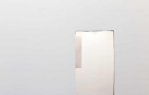 <p>(De gauche à droite) : Sébastien Maloberti, <strong><em>sans titre</em></strong>, 2013, résine, peinture spray et gravure sur bois, 42&#215;30 cm, <strong><em>Lost in Chakigo</em></strong> (détail), 2013, résine acrylique et encre sur acier laqué, dimension 112 x 76 cm, <strong><em>sans titre</em></strong>, 2013, mur placoplâtre découpé, 200&#215;90 cm. Vue de l'exposition <em>Blind Lemon</em>, Néon, Lyon, 2013. Photo : Clémence Bachat /Néon.</p>