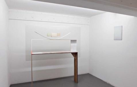 <p>(De gauche à droite) : Sébastien Maloberti, <strong><em>Tools of Blues</em></strong>, 2013, acier laqué, bois, papiers et corde à piano, dimensions variable, <strong><em>A walk in</em></strong>, 2013, résine et colorants sur bois, 42&#215;30 cm. Vue de l'exposition <em>Blind Lemon</em>, Néon, Lyon, 2013. Photo : Clémence Bachat /Néon.</p>