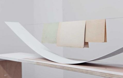 <p>Sébastien Maloberti, <strong><em>Tools of Blues</em></strong>, 2013, acier laqué, bois, papiers et corde à piano, dimensions variable. Vue de l'exposition <em>Blind Lemon</em>, Néon, Lyon, 2013. Photo : Clémence Bachat /Néon.</p>