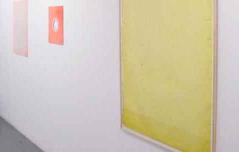 <p>(De gauche à droite) : Sébastien Maloberti, <strong><em>Small city</em></strong>, 2013, résine acrylique, peinture spray et découpe sur bois, 32&#215;38 cm, <strong><em>The 30th song</em></strong>, 2013, résine acrylique, encre et peinture spray sur acier laqué, 56&#215;76 cm, <strong><em>Big Ol' / yellow</em></strong>, 2013, impression numérique sur papier, 90&#215;125 cm. Vue de l'exposition <em>Blind Lemon</em>, Néon, Lyon, 2013. Photo : Clémence Bachat /Néon.</p>