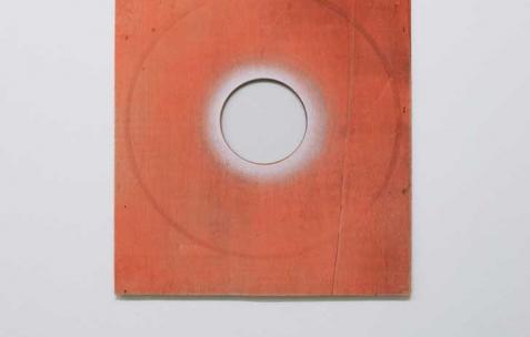 <p>Sébastien Maloberti, <strong><em>Small city</em></strong>, 2013, résine acrylique, peinture spray et découpe sur bois, 32&#215;38 cm. Vue de l'exposition <em>Blind Lemon</em>, Néon, Lyon, 2013. Photo : Clémence Bachat /Néon.</p>