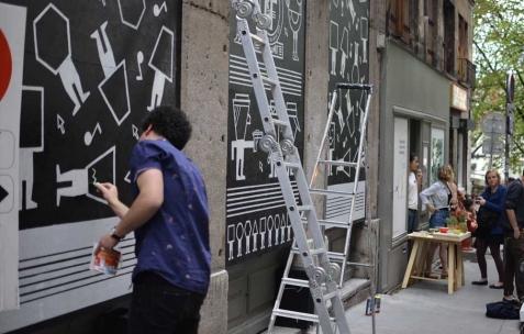 <p>Guillaumit, <strong><em>Ravalement de face</em></strong>, 2013, panneaux OSB, peinture, 170x400cm. Vue de l&rsquo;exposition <em>Ravalement de face</em>, Néon, Lyon, 2013. Photo : Pierre Gaignard / Néon, 2013.</p>