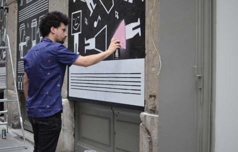 <p>Guillaumit, <strong><em>Ravalement de face</em></strong>, 2013, Panneaux OSB, peinture, 170x400cm. Vue de l&rsquo;exposition <em>Ravalement de face</em>, Néon, Lyon, 2013. Photo : Pierre Gaignard / Néon.</p>
