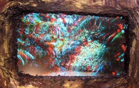 <p>Lee Jaffe, <strong><em>around the bend</em></strong>, 2013, peinture à l'huile et à l'encaustique, pigments métalliques, écran vidéo haut-parleurs sur toile, 187x250cm. Vue de l'exposition <em>By Bye Amazonas (around the bend),</em> Néon, Lyon, 2013. Photo : Lorenzo Acciai / Néon, 2013.</p>