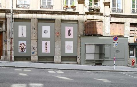 <p>Baptiste Croze, <b><i>SEHKMET_ MARIE JESUS_ FEMME (BENIN)_MOINE PLEUREUR_ TOTEM3SINGES_ PYRAMIDE</i></b>, 2014, tirages numériques encollés sur panneaux OSB peints, 170x400cm; Baptiste Croze, <b><i>(sans titre)</i></b>, 2014, lettres adhésives sur panneau OSB peint, 60x60cm. Vue de l'exposition <i>SEHKMET_ MARIE JESUS_ FEMME (BENIN)_MOINE PLEUREUR_ TOTEM3SINGES_ PYRAMIDE</i>, Néon, Lyon, 2014. Photo: Anne Simonnot / Néon, 2014.</p>