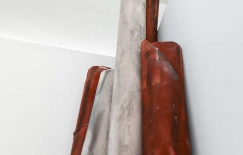 <p>Marzia Corinne Rossi, <b><i>Flesh out &#8211; Holofernes' variation</i></b>, 2014, papier de verre, fils de fer, plâtre et pigments colorés, 855x100x445cm. Vue de l'exposition <i>Flesh out</i>, Néon, Lyon, 2014. Photo : Anne Simonnot / Néon, 2014.</p>