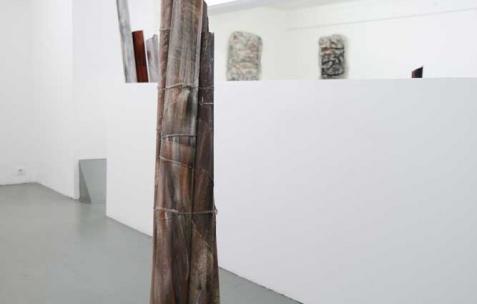 <p>Marzia Corinne Rossi, <b><i>Halo</i></b>, 2014, papier de verre, fils de fer, plâtre et pigments colorés, 90x90x175cm. Vue de l'exposition <i>Flesh out</i>, Néon, Lyon, 2014. Photo : Anne Simonnot / Néon, 2014.</p>